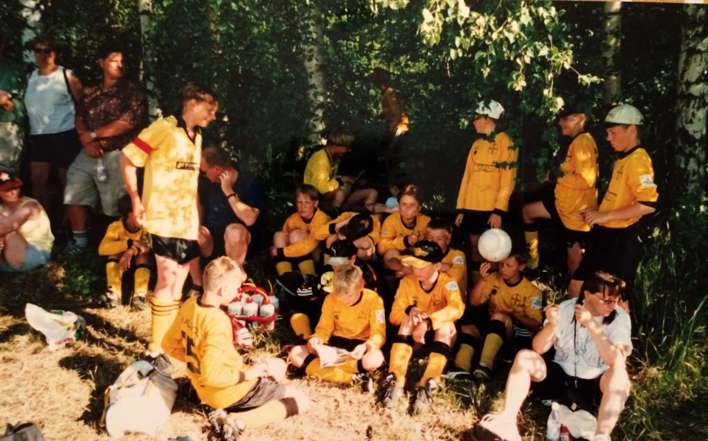 Hesa Cup toi harvemmin menestystä, mutta hauskaa oli silti. Kuva otteluiden väliltä, vuodelta 1999.
