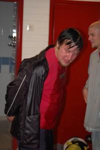 Joukkuetta valmentanut Antti Raudoskoski suihkunraikkaana nousun varmistaneen pelin jälkeen.