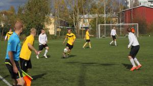 Antti Nurkka taiteilemassa pallon kanssa.