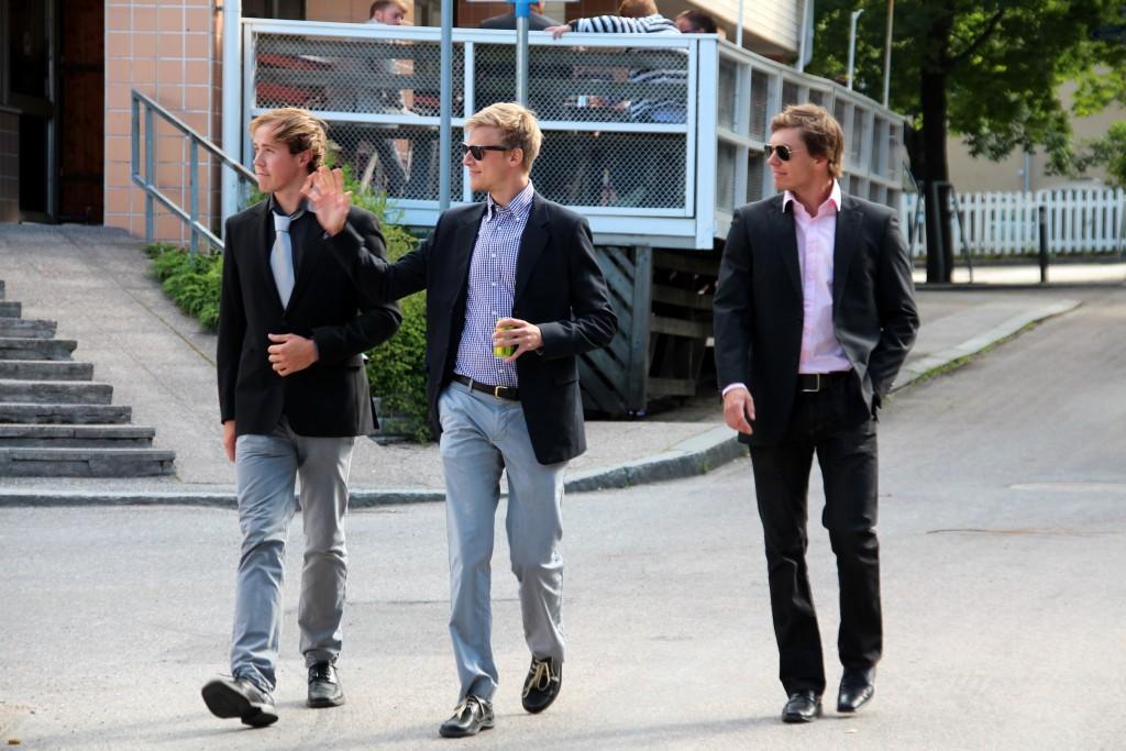 Juhlavieraat saapuvat paikalle ryppäissä. Ohessa Akatemia-edustusta, Masi Mailammi, Joni Meramo ja Ville Miettinen.