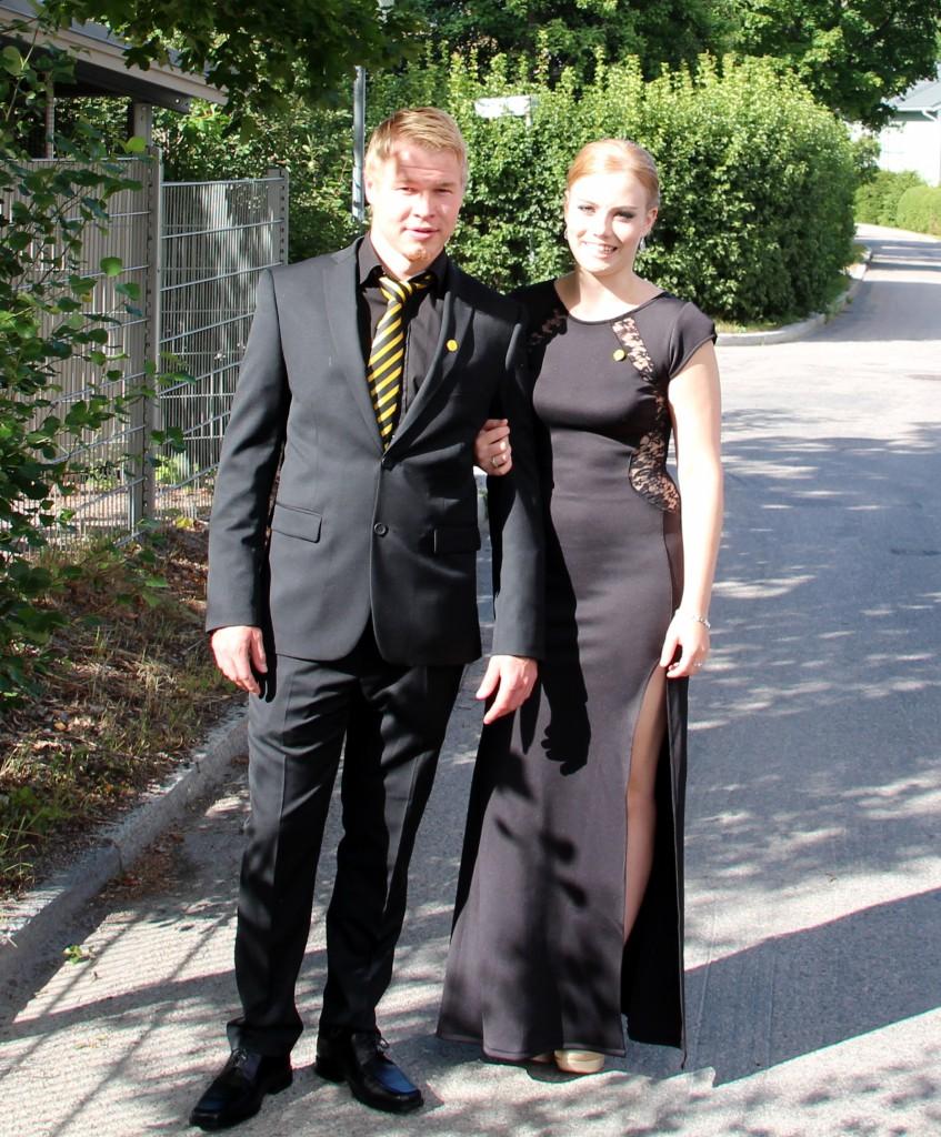 Juhlassa on reilusti pukuloistoa - Kuvassa Jani Putkonen nykyisen puolisonsa, Ticon hovikuvaaja Mari Sjöholmin kanssa.