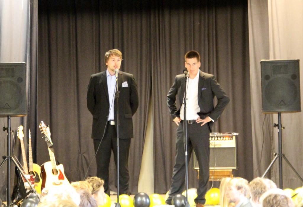 Seremoniamestarit Kalle Niemi ja Janne Vottonen toivottavat juhlakansan tervetulleiksi.