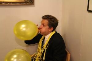 """Jaakko """"Jasu"""" Peltonen työskenteli väsymättömästi baarimikkona, ja jaksoi sen lomassa puhallella myös ilmapalloja."""