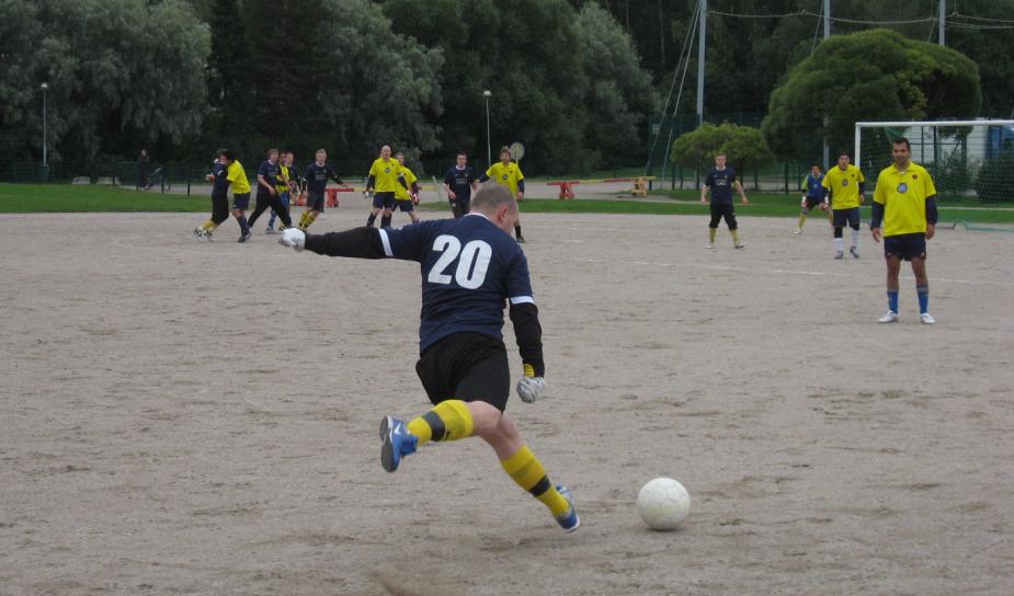 Arsenal pelasi niin ikään keltaisissa pelipaidoissa. Vuonna 2008 pelatussa Siltamäki-ottelussa vapaapotkua antoi V-P Liimatainen.