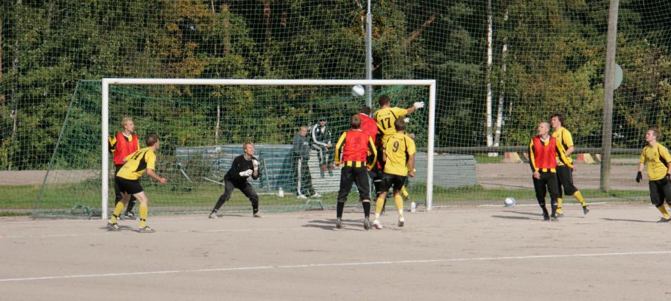 Kuva Tapulin murskajaisista kaudelta 2009. Muu joukkue seuraa vierestä, kun kovat tehot ottelussa iskenyt Timo Kinnunen kohoaa korkeimmalle pääpalloon.
